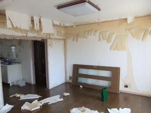 壁紙を外される中の部屋