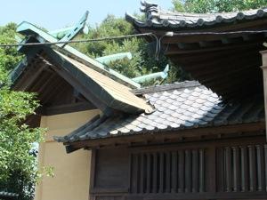 拝殿の瓦葺きの屋根と本殿の銅板葺きの屋根