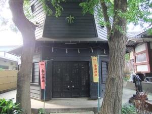 金山神社の本殿と男根の彫刻