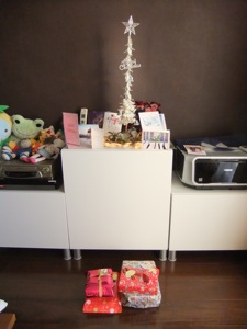 小さいクリスマスツリーの周りにカードが置いてあるし、下にはプレゼントがある
