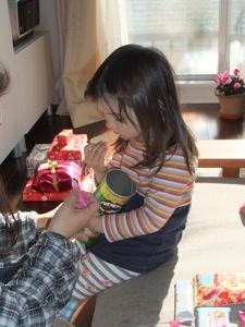 真由喜がしっかりとプリングルのお菓子を抱える