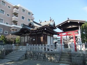 社殿が二つ横並ぶ。後ろからマンションが見下ろす