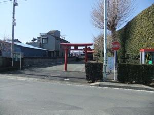 赤い鳥居の後ろに小さな社殿が見える