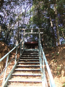 金属な階段が鳥居へ