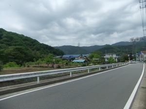 道の周りに畑や山が見える