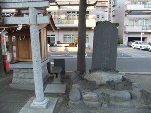 鳥居と祠の隣に古い祠も石碑も立つ
