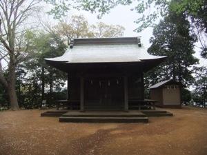 木々に囲まれた社殿