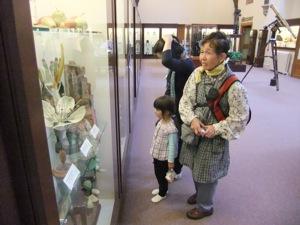 ウィップルという科学の歴史の博物館でゆり子のお母さんとゆり子と真由喜が展示品を見る