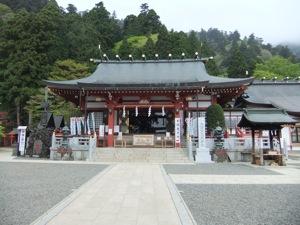緑の山を背景とする社殿