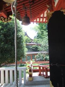 神社の拝殿のまえから別な神社を見る