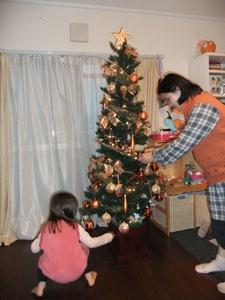 ゆり子と真由喜が一緒にクリスマスツリーを飾る