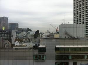 窓越しに見える東京都心のビル群
