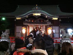 社殿の前に人が深夜に並ぶ