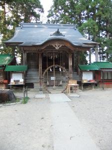 茅の輪が立つ社殿