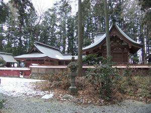 横から撮られた朱塗りの社殿