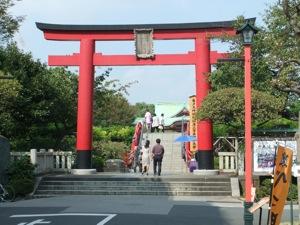 赤い鳥居の向こうに太鼓橋と社殿が見える