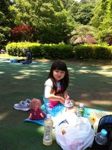 真由喜が公園でピクニックを食べている。