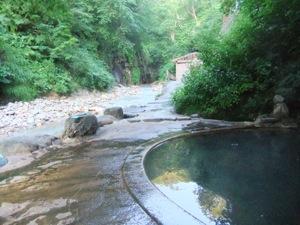 露天風呂と川の風景
