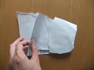 紙の数枚を綴って製本された子供作りの絵本