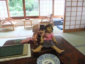 真由喜が人形の後ろから覗いて見ている