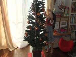 真由喜が飾りをツリーに付ける瞬間