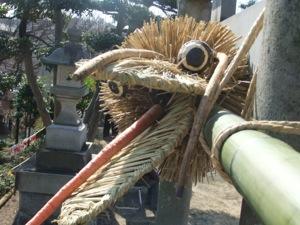 鳥居の上部に付けられた藁の蛇の顔