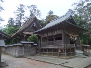 神社の拝殿と本殿