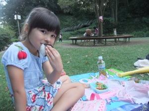 真由喜が公園でおにぎりを食べる