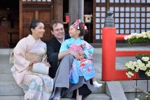 三人で着物姿で神社の石段に座って