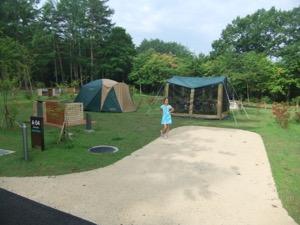 私たちのテントは緑の中である。