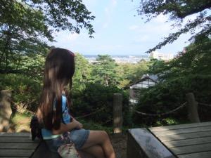 秋田市を見下ろしている真由喜