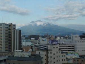 弘前の街の向こうに岩木山が聳える