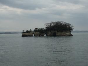 松島の島の一つ。島には穴が見える。