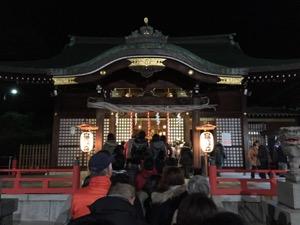 神殿の前の参拝者が深夜で列を組む